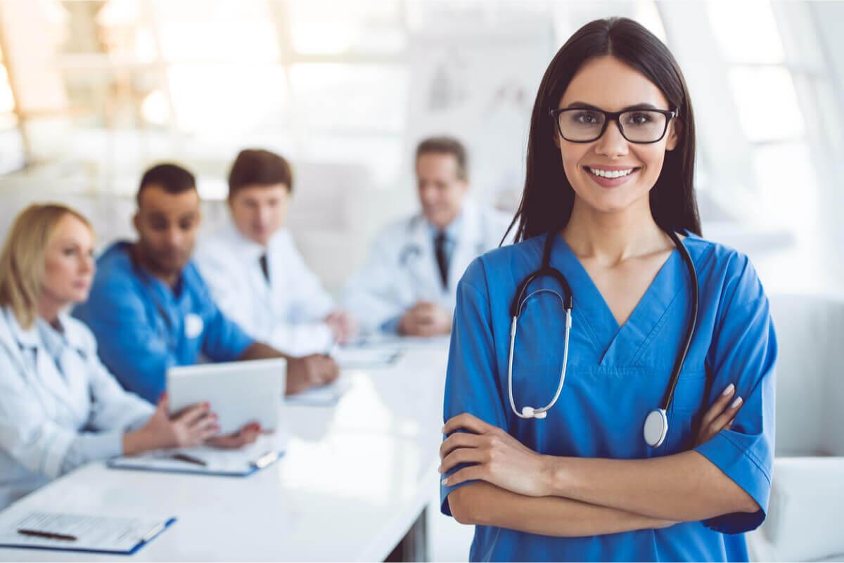 Enfermera pensando en las salidas profesionales de la enfermería