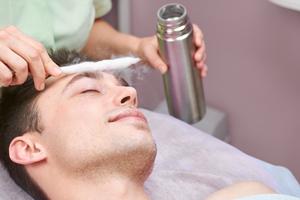 Los principales usos de la crioterapia en medicina son el tratamiento (eliminación) de varios tipos de lesiones cutáneas.