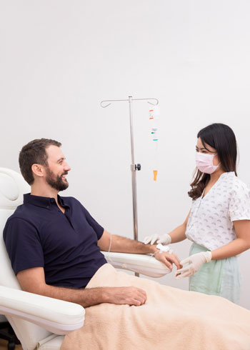 Médica trata a un paciente