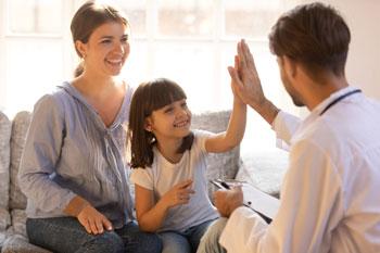 Psicólogo trabaja con una niña